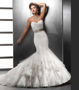 Невеста выбирает свадебное платье