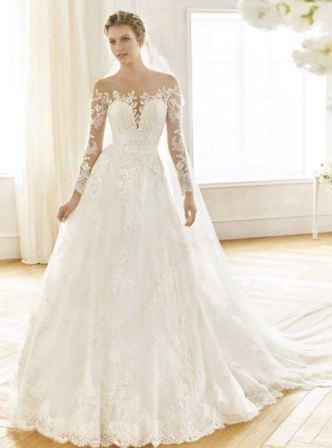 Девушки выбирают свадебные платья